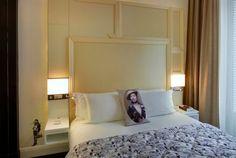 Paredes tapizadas encima de la cabecera de la cama. Hotel W Opera París.