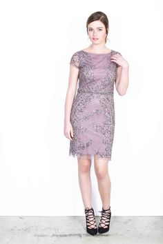 Jurken Huren. Adrianna Papell. Midi dress. Short sleeves. Purple color. Black tie. Cocktail party.