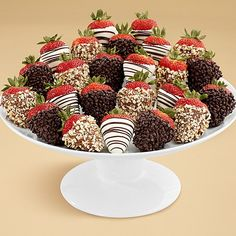 These chocolate covered strawberries look absolutely delicious. They are very easy to make and serve. You can add sprinkles or swirls onto the chocolate. These make a delicious treat for you and your. Chocolate Dipped Strawberries, Chocolate Covered Strawberries, Strawberry With Chocolate, Filled Strawberries, Strawberry Dip, Strawberry Recipes, Strawberry Shortcake, How To Make Chocolate, Homemade Chocolate