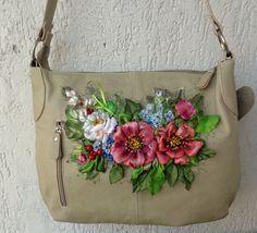 Borsa in pelle, ricamata con nastro, fiori di stoffa, decorazione floreale, ricamo, by Silkribbonembroidery, 45,00 € su misshobby.com