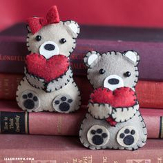 Mini Valentine's Day Bears from Felt - Lia Griffith Valentines Day Bears, Kinder Valentines, Valentine Crafts For Kids, Valentines Diy, Diy Crafts For Kids, Holiday Crafts, Easy Sewing Projects, Sewing Projects For Beginners, Diy Craft Projects