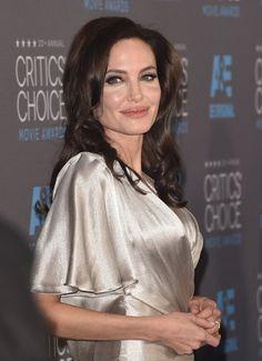 Pin for Later: Qui Sont Les Acteurs Les Mieux Payés à Hollywood? Angelina Jolie Angelina Jolie a gagné plus de $15 million pour son rôle dans le film Disney Maléfique.