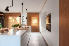 cuisine bois et blanc, appareils éléctriques encastrés et stores en bois marron