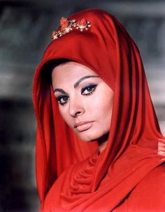 77 years old, Sophia Loren is still beautiful as she never lost her inner glow. Her beauty is timeless and she rightly deserves to be called a Hollywood beauty Icon. Hollywood Glamour, Hollywood Stars, Classic Hollywood, Old Hollywood, Divas, Trash Film, Empire Romain, Gina Lollobrigida, Dark Autumn