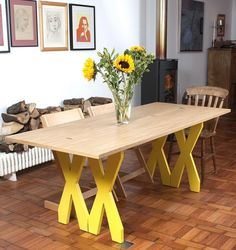 table à plateau pliable avec charnières et pieds jaunes