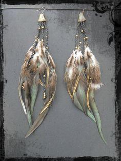 Longues boucles d'oreilles plumes tribales avec cloches et perles bronze sur fil de macramé.