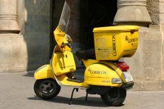スペインのポストオフィスのバイクはイエローのベスパ。これなら僕も乗ってみたい。