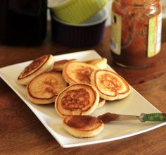 Mini Griddle Cakes - 1 cup self raising flour ¼ tsp. berry or caster sugar 1 cup skim milk 1 egg, beaten 2 tsp. oil, plus more for frying jam, apple butter, yogurt etc. Breakfast Time, Breakfast Recipes, Lunch Saludable, Tapas, Mini Pancakes, Griddle Cakes, Lunch Box Recipes, Lunch Ideas, Diet Recipes