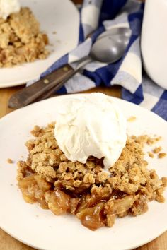 Easy Apple Crisp is so simple to make and one of the most loved desserts for any night of the week. Cinnamon and sugar apples baked with a brown sugar crumble topping. Add a scoop of vanilla ice cream or homemade whipped cream for something extra special. Apple Crisp Topping, Apple Crisp Easy, Apple Crisp Recipes, Crumble Topping, Desserts To Make, Delicious Desserts, Yummy Food, Apple Desserts, Dessert Recipes