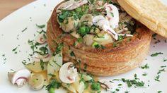 Hühnerfrikassee in einer Blätterteig-Pastete serviert.