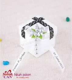 Romantik çiftlerin yeni favorisi tohum bombası nikah şekeri... Nikah şekerlerinize sizin için davetlilerinize ulaşacak notlar yazalım.Örneğin \