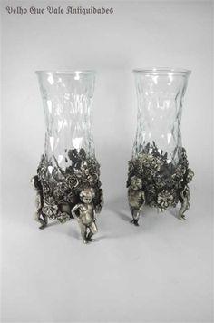 Par de vasos de vidro com base de bronze com banho de prata com motivos florais e figuras de criança