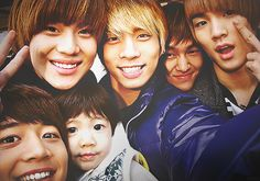SHINee with Yoogeun. Adorable!....This is the background on my iPod!
