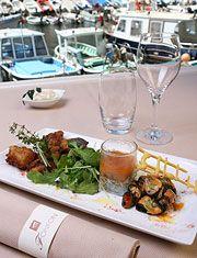 Lunch by the water at Chez Fonfon an establishment in Marseille / Déjeuner chez Fonfon, un lieu mythique à Marseille