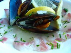 Mexilhão à Bulhão Pato com pétalas de robalo | Cozinha com tomates