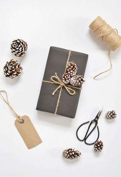 Un bel emballage cadeau  hivernal, simple et efficace, réalisé avec du papier noir, de la ficelle et de petites pommes de pin ramassées au fil de vos balades en forêt. Les petits ciseaux ✂️ sont disponibles ici http://www.bonjourbibiche.com/scrapbooking/599-petits-ciseaux-rex.html #DIY #cadeau #ciseau