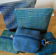 Woven bags, thrums, simple and classic Loom Weaving, Hand Weaving, Crossover Bags, Weaving Projects, Boho Bags, Tear, Weaving Patterns, Weaving Techniques, Small Bags
