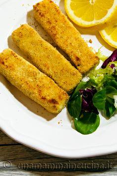 Bastoncini di merluzzo fatti in casa. Alternativa un po' più sana ai bastoncini di pesce surgelati che si acquistano già pronti nei supermercati.