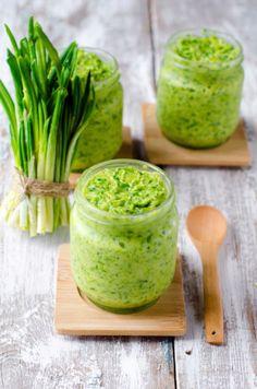 Medvědí česnek - máslo Vegan Vegetarian, Vegetarian Recipes, Cooking Recipes, Salsa Guacamole, Modern Food, Wild Garlic, Herb Butter, Chutney, Healthy Life