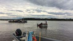 Embarcações auxiliaram no resgate de tripulação que caiu no mar em Balneário Barra do Sul (Foto: Hilton Maurente/RBS TV)