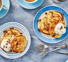 These sweet, fluffy, American-style pancakes are packed full of chocolate chips. Serve with a scoop of whipped cream or ice cream for a winning family treat Chocolate Chip Pancakes, Banana Pancakes, Chocolate Chips, Basic Omelette Recipe, Pancake Recipe Bbc, Fried Butter, Snapchat, Keto, Bbc Good Food Recipes