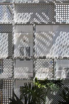 Cette maison situé dans la ville de Hoh Chi Minh au Vietnam a été conçu et réalisé par le cabinet d'architecture DD concept. Les défis de la conception était les conflits entre le besoin d&rs…