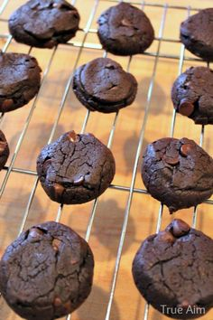 Avocado Almond Butter Cookies (sweetened with honey) - add additional honey as well as cinnamon, cardamom and vanilla Paleo Chocolate, Chocolate Cookies, Paleo Dessert, Dessert Recipes, Desserts, Avocado Cookies, Avocado Cake, Easter Biscuits, Almond Butter Cookies