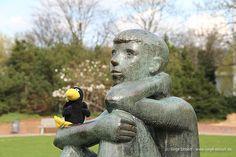 """Corvo und der """"Sitzende Junge"""" von Heinrich Holthaus (1903-1980) im Volkspark in Hagen"""