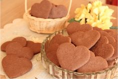 Ingredientes 1 e ½ xícaras (chá) de manteiga em temperatura ambiente (250 g) 1/3 xícara (chá) de chocolate em pó (40g) ¾ xícara (chá) de açúcar ( 150g) 1 colher (café) de essência de baunilha 2 e 1/3 xícara (chá) de farinha de trigo (300g) 1...