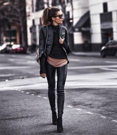 43 leather leggings outfits that will make you look amazing .- 43 Ledergamaschen-Outfits, die Sie verblüffend aussehen lassen 43 leather leggings outfits that will make you look amazing let - Leather Leggings Outfit, Leather Jacket Outfits, Legging Outfits, Black Leather Pants, Leather Jackets, Leather Jeggings, Spanx Faux Leather Leggings, Black Women Fashion, Look Fashion