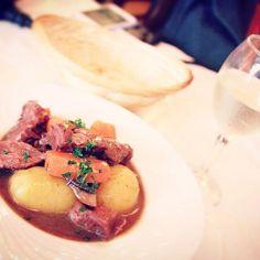 -Bœuf bourguignon- 牛肉の赤ワイン煮込み。 ブルゴーニュ地方の郷土料理。 特産物の赤ワインをふんだんに使った料理。 ワインも産地が同じブルゴーニュワインを選ぶと相性がいい。 今回は、お昼から白ワイン。  #お昼ご飯 #肉 #美味しい #外食 #休日 #お酒 #週末 #料理 #散歩 #カメラ #安い #特別 #lunch #meet #food #cuisine #delicious #holiday #weekend #alcohol #walk #camera #cheap #special #france #paris #francais #l4l  #love