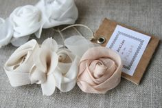 Pasador de rosas beige y rosa.
