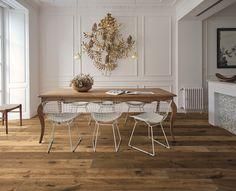 Nell'immagine i nodi e le imprecisioni delle tavole piallate a mano di Kalika, parquet della collezione Impression di Woodco.