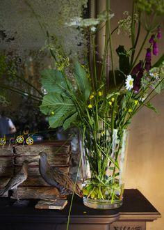 flowers in dramatic, boho setting design traveller: Hans Blomquist: vintage mood Bouquet Champetre, Sweet Home, Colorful Roses, Simple Flowers, Simple Pleasures, Ikebana, Interior Inspiration, Floral Arrangements, Flower Arrangement