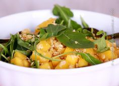 Mango mit roten Linsen auf Babyblattspinat Ayurveda, Thai Red Curry, Cantaloupe, Potato Salad, Mango, Potatoes, Fruit, Ethnic Recipes, Food