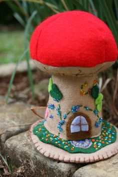 toadstool pincushion, in case you didn't notice, I LOVE pincushions. Wet Felting, Needle Felting, Mushroom Crafts, Felt Mushroom, Champignon Crochet, Felt Crafts, Diy Crafts, Felt House, Felt Fairy