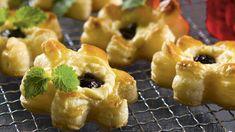 Luumu-appelsiinitortut ovat joulutorttujen klassikko! Hedelmäinen täyte kruunaa mehukkaan joulutortun, joka tarjotaan kahvin, teen tai glögin kanssa. Doughnut, Tart, Sushi, Baking, Ethnic Recipes, Christmas, Xmas, Desserts, Food