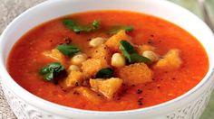 Sytá krémová polévka z pečených rajčat a paprik je nejen velmi lahodná, ale díky cizrně i velmi výživná a zdravá.