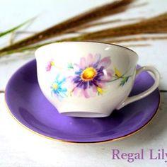 秋の花、コスモスを使用し、コスモスの色に合わせてソーサーをライラック(紫)にして色彩をまとめた、落ち着いて上品なティーカップ&ソーサーです水彩画のようなコスモスが可憐で、前後ろ両方と、中にも咲いています(*^^*)ティーカップとソーサーの淵には金彩を施しておりますので華やかです!これからの時期のティータイムにぴったりなティーカップ&ソーサーです。ご希望の方にはカップ底に金彩でイニシャルをお入れしますので(3枚目参照)、敬老の日やお誕生日のプレゼントにもいかがでしょうか?別に、ティーポットも販売しておりますのでご覧ください♪『秋色ハンドメイド2016』☆こちらは受注後制作させていただきますので10日ほどお時間をいただきますことをご了承ください〈大きさ〉ティーカップ 直径9.5㎝ 高さ5.5㎝ソーサー   直径15㎝