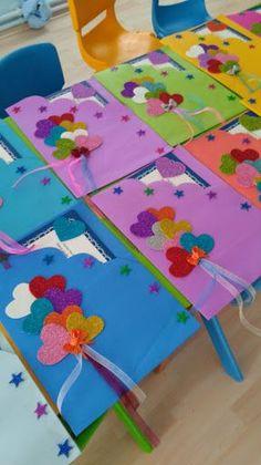 Resultado de imagem para maternelle après avoir peint le fond bleu, les enfants ont collé les carrés et les rectangles pour former les maisons avant de coller les lettres de bonne année #gomaevamoldes