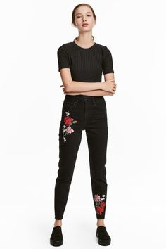 Slim Mom Jeans - Svart denim/Blommor - DAM | H&M SE 1