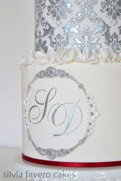 Monograma y diseño damasco plateado. | Silver damask design on the cake. And silver monogram.
