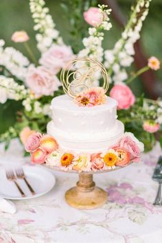 Small pink and orange colorful wedding cake #weddingcake #weddingcakeideas #cakeideas #pinkandorange #colorfulweddingcake