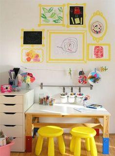 Súper idea para una zona de estudio infantil para los más pequeños: marcos de imágenes en washi tape, para colgar y enmarcar sus dibujos de la guarde sin que las paredes se resientan.