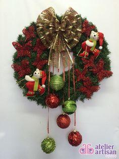 GUIRLANDA NATALINA (com iluminação de LED)    Natal esta chegando?  É hora de decorar a sua residência, comércio, etc?  Então vamos decorar a sua porta de entrada com uma GUIRLANDA LINDA!!!    DESCRIÇÃO:  Guirlanda de 60 x 60 cm, decorada com dois lindos Ursos Esquiando de, Borboletas na cor vermelhas 10 cm x 10cm, e borboletas PEQUENA 7 cm X 7 cm na cor vermelha, e Bolas verdes e vermelha penduradas e fita brilhantes, para finalizar fitas aramadas que não deformam, amassou.....é só ajeitar…