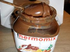 thermomix recipe of nutella spread 200 g of praline chocolate (praline type or nestle praline dessert) 100 g of dark chocolate with dessert 397 g of sweetened condensed milk 30 g of hazelnut oil 1 pinch of salt Source My Recipes, Sweet Recipes, Cooking Recipes, Favorite Recipes, Super Dieta, Praline Chocolate, Salsa Dulce, Nutella Spread, Thermomix Desserts