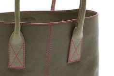 #Borsa in pelle verde con dettagli a contrasto in rosa - Green leather #handbag with contrasting pink accents