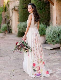 Es justo lo que desprende este bonito shooting organizado por blog americano GreenWedding shoes. En una localización de excepción, Can Ribas de Montbui, una masía rodeada de bosques y jardines, la novia viste nuestro vestido Serika, cuyo estampado floral