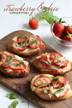 Strawberry & Brie Crostini summertime appetizer - strawberry and basil brie crostini drizzled in honey. perfect appetizer for a baby or bridal shower brunch! Tapas, Fingers Food, Snacks Für Party, Appetizer Recipes, Brunch Appetizers, Bridal Shower Appetizers, Fruit Appetizers, Italian Appetizers, Brunch Food
