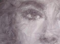 Absolument hallucinant, l'artiste britannique Benjamin Shine crée des portraits gigantesques de personnes connues à l'aide de tulle, tissu transparent et vaporeux, et d'un fer à repasser pour plier et donner forme au tulle comme il le souhaite. Le résultat est très réaliste, plein de matière et de jeux d'ombres et de lumières.